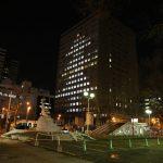 札幌市役所南側に巨大なクリスマスツリーが現れた!